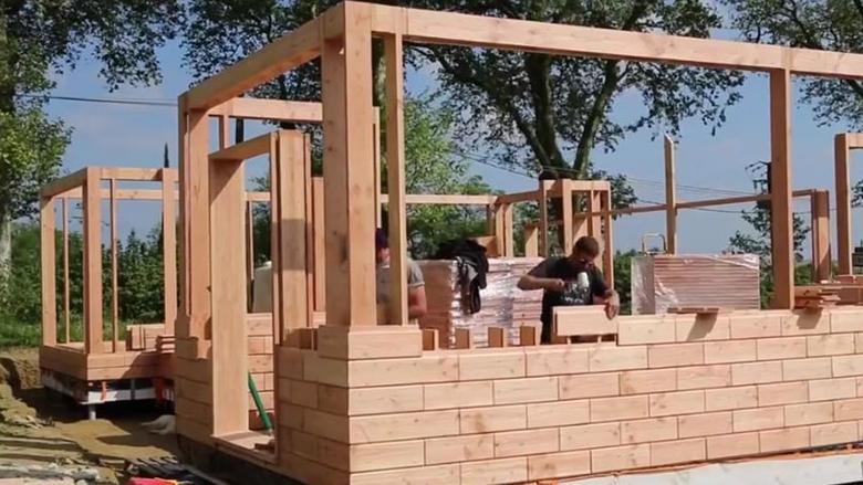 Shtëpi montazhi që nuk e keni parë deri tani: Qe se si ndërtohet shtëpia nga tullat prej druri (Video)