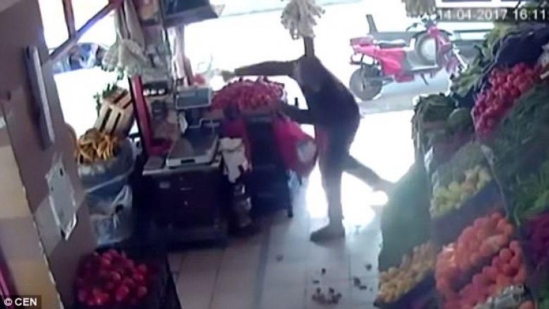 Sulmuesi i armatosur zmbrapset nga shitësi që e godiste me domate (Video)