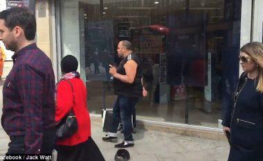 Vallëzimi interesant në skaj të rrugës që po pëlqehet nga të gjithë (Video)