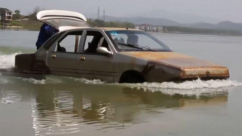 Veturat i ktheu në barkë e cila çuditërisht nuk fundoset (Video)