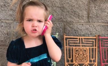 Dyvjeçarja bëhet sikur po ndahet me të dashurin, përmes telefonit lodër (Video)