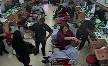 Ishte i ngadalshëm në prerjen e flokëve, nëna e fëmijës ia drejton revolen stilistit (Video)