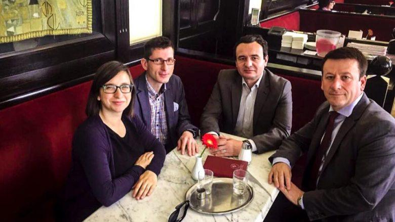 Gjykata lëshon urdhërarrest, Kurti pi kafe në Vjenë (Foto)