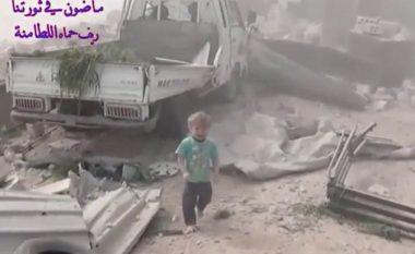 Pamjet që po tmerrojnë botën: Fëmijët sirianë ikin nëpër gërmadhat e shtëpive të shkatërruara nga aeroplanët rusë (Video)
