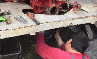 """""""Shpikja"""" e shqiptarëve që të lë pa fjalë: Nga një kamion i vjetër krijuan një zjarrfikëse për zonat malore (Foto)"""