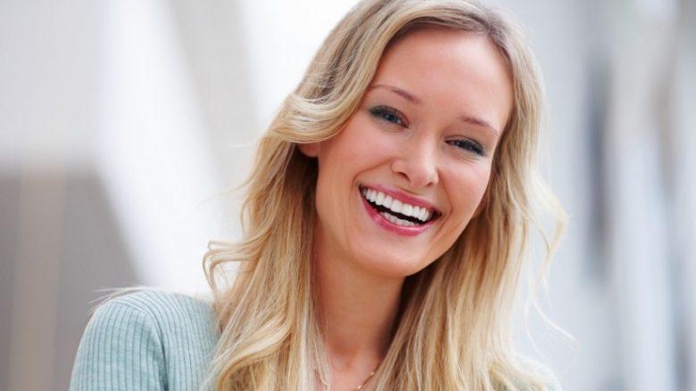 Kariesi eliminohet, dhëmbët shkëlqejnë nga bardhësia: Vetëm tundeni tërë tretjen në gojë!