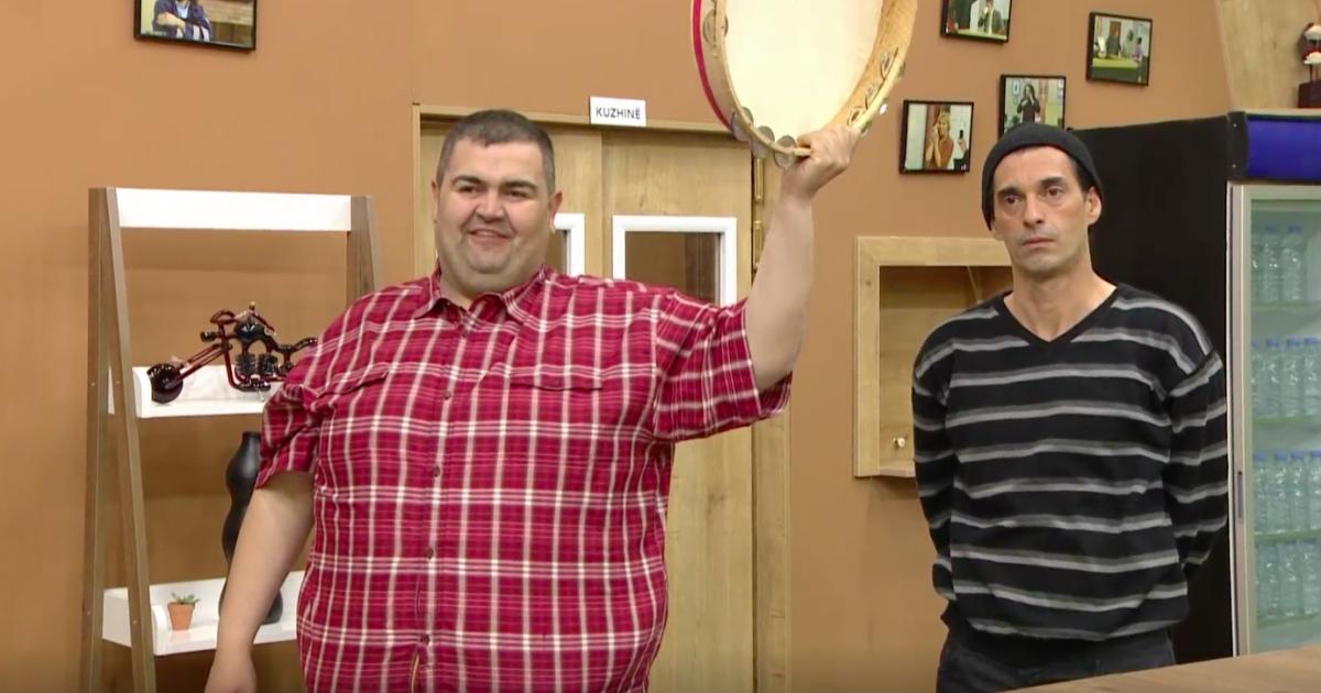 Shikoni episodën e pestë të  Kafeneja Jonë   Orhani dhe Fetahu në situatën e njëjtë   të dashuruar