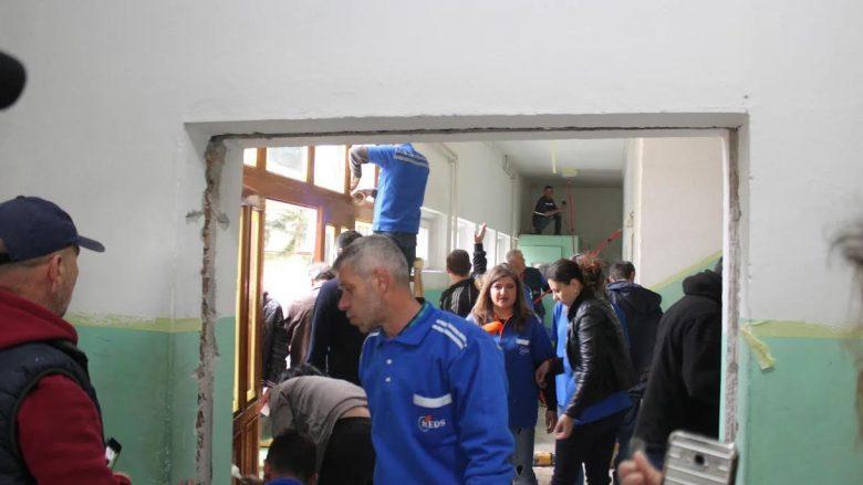 Punëtorët e KEDS-it riparojnë një shkollë në Kamenicë