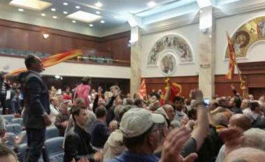 """Deputetët që nxitën """"të enjten e përgjakshme"""" në Kuvend, ende pa akuza!"""