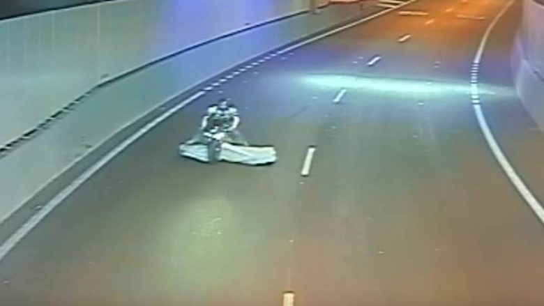 Po ecte me shpejtësi me motoçikletë, nga kamioni që ishte para tij bie një dyshek! (Video)