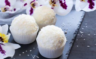 Ëmbëlsira më e shëndetshme që keni ngrënë ndonjëherë sa keni dëshiruar: Sfera kokosi nga vetëm dy përbërës!