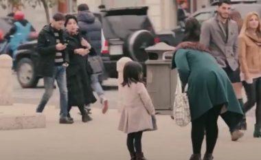Eksperimenti social që përloti botën: Shikoni si reagojnë qytetarët kur takojnë një gjashtëvjeçare të veshur bukur dhe atë me rroba të palara (Video)