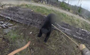 Tentoi ta vret ariun me shigjetë, por e pësoi vetë (Video)