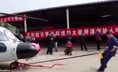 Burri tërheq helikopterin ushtarak me litarin e lidhur për organe gjenitale (Video)
