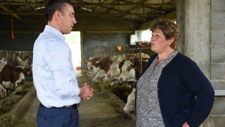 Veseli viziton dy fermere në Suharekë, premton rritje të mbështetjes në bujqësi