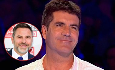 Komiku i heq pantallonat në transmetim për t'ia treguar tatuazhin në të pasme Simon Cowellit (Foto/Video)
