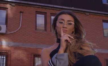 Mediat e huaja shkruajnë për këngën debutuese të Diona Fonës (Video)