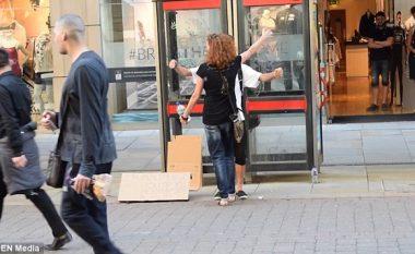 Eksperiment social: Reagimi i qytetarëve në Mançester, ndaj myslimanit që kërkon ta përqafojnë (Video)