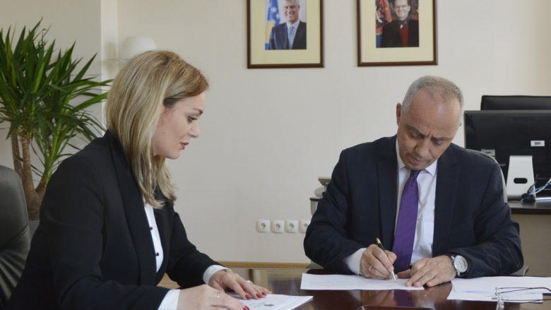 Ministri Zharku nënshkroi Udhëzimin Administrativ  për shfrytëzim të tokave rrugore