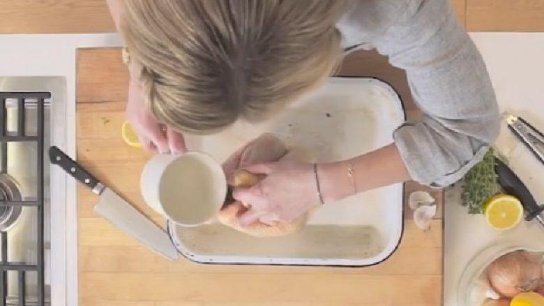 Ka hedhur ujë në mish pule, ndërkaq mishin e këtillë të dalë nga furra do ta bëni përherë (Video)