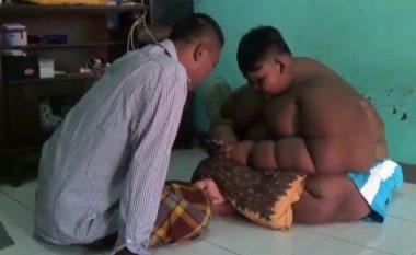 Operohet 10-vjeçari që peshon afro 200 kilogramë (Video)