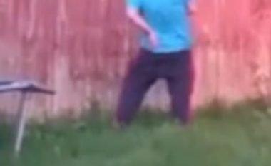 Pendohet që lejoi shokun ta qëllonte me pushkë ajrore në shpinë (Video)