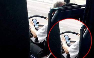 Shoferi i autobusit të nxënësve përdor telefonin derisa voziste (Foto)