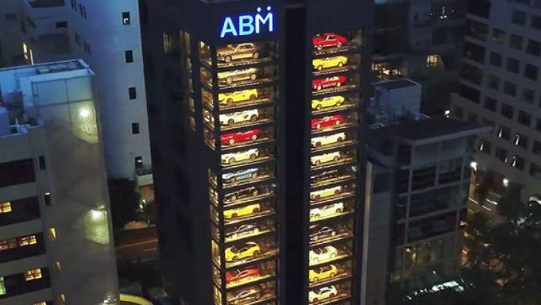 Super-veturat e ekspozuara në 15 katet e ndërtesës (Video)