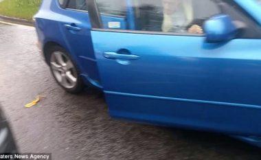 Turpëroi dhe detyroi shoferin të merrte mbeturinën që e hodhi nga vetura (Video)