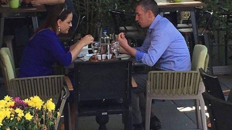 Veseli lë anash pak politikën, drekon me gruan në qytet (Foto)