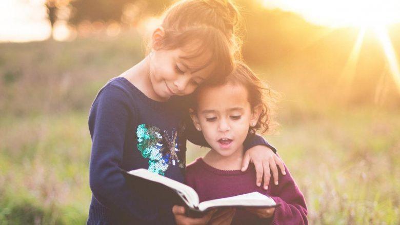 Personat që lexojnë libra janë më zemërgjerë sesa shikuesit e televizionit