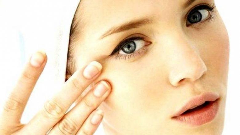 Si t'i eliminoni rrudhat rreth zonës së syve me përbërës natyralë