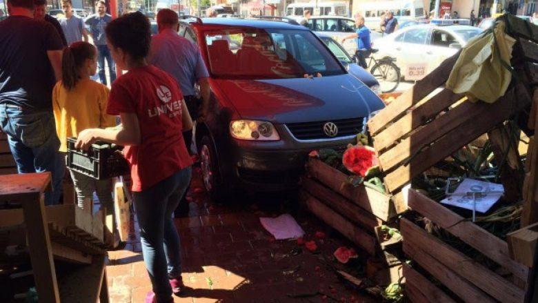 Aksident në Podujevë, veturat hyjnë në supermarket (Foto)