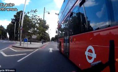 Çiklisti i hakmerret shoferit të autobusit, i cili e nxori nga rruga (Video)