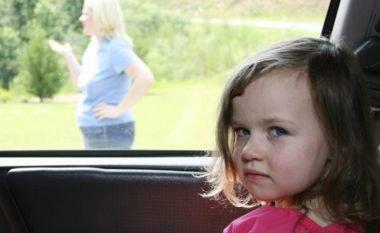 Arsyeja përse prindërit harrojnë fëmijët në veturë