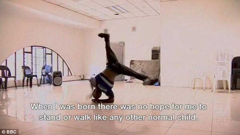 """Mjekët i kishin thënë se kurrë nuk do të mund të ecë si fëmijët tjerë, sot është trajner dhe valltar i njohur i """"breakdance"""" (Video)"""