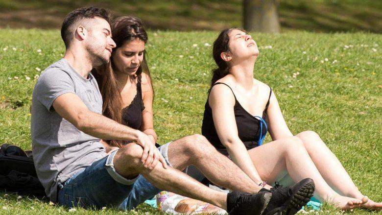 Çfarë i ndodhë trupit nëse nuk qëndroni mjaftueshëm nën rrezet e diellit
