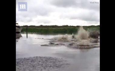 """Filmoi burrin duke derdhur kovën me ujë në liqenin që """"shpërthen"""", tani rrezikohet të qëndroj prapa grilave (Video)"""