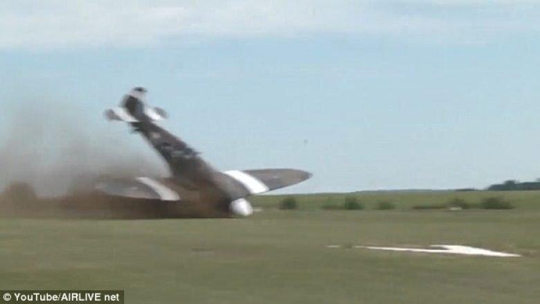 Aeroplani ushtarak u rrotullua derisa përpiqej të nisej (Video)
