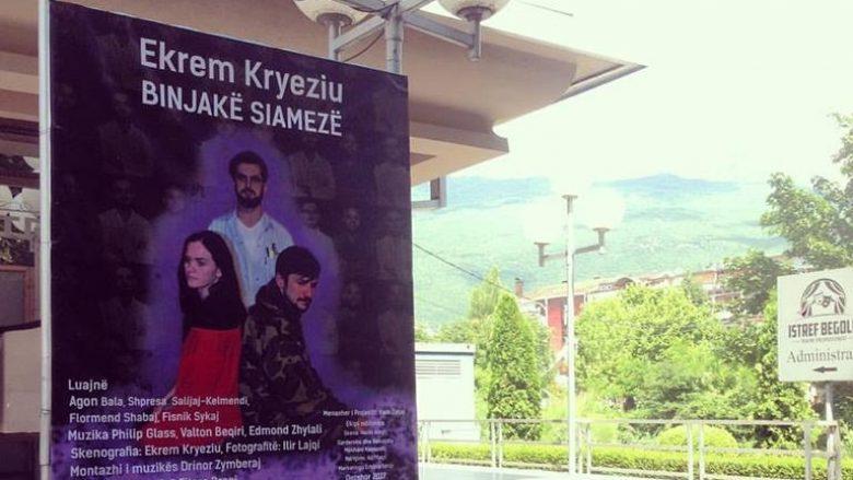 """""""Binjakë Siamezë"""", sonte premier në teatrin e Pejës (Foto)"""