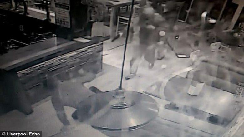 Plaçkitësit e armatosur u zmbrapsën nga pronari që i ndoqi me karrige (Video)