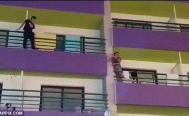 Shqetësoi të pranishmit duke qëndruar i dehur përjashta rrethojës së ballkonit (Video)