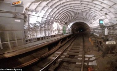 Udhëtoi nëpër tunel i kapur për pjesën e jashtme të trenit (Video)