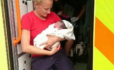 Zjarrfikësja ndihmoi shtatzënën të kryente lindjen në veturën e parkuar (Foto)