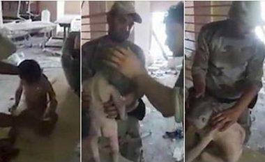 Familjarët e tij gjetën vdekjen, ai shpëtoi – njëvjeçari gjendet në një shkollë të bombarduar, katër ditë pas sulmit (Video,+16)