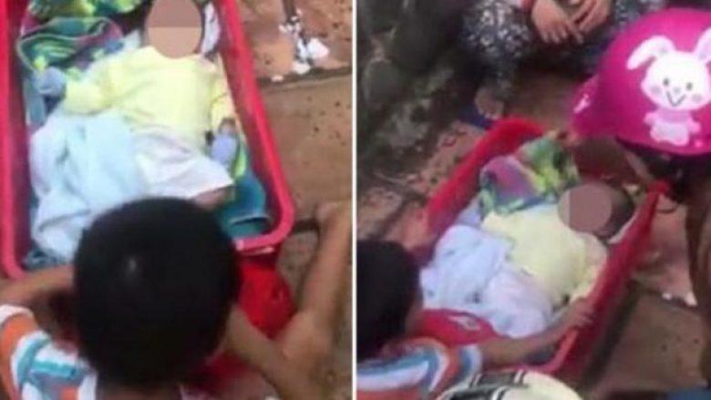 Prekëse: Gjashtëvjeçari refuzon të largohet nga vëllai, pasi u braktisën nga nëna e tyre (Video)