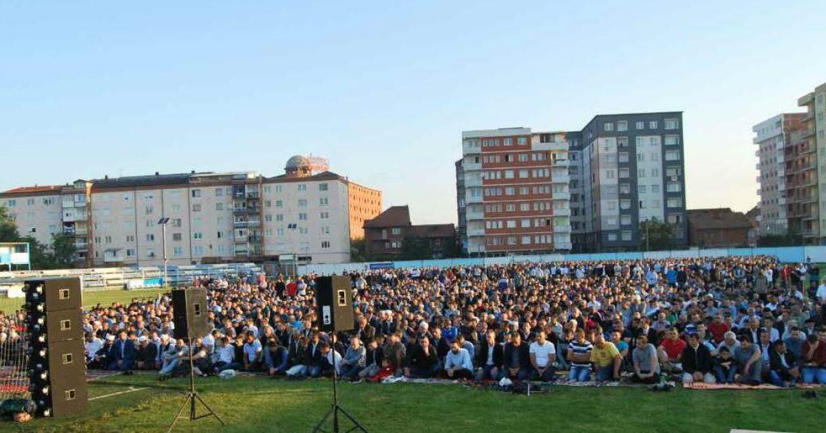 Në Fushë Kosovë namazi i Fitër Bajramit u fal në stadium