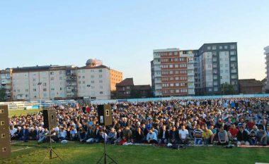 Në Fushë Kosovë namazi i Fitër Bajramit u fal në stadium (Foto)
