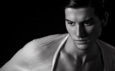 Kris Dalipi, aktori shqiptar i cili gjendet në shtratin e yjeve shqiptare (Foto/Video)