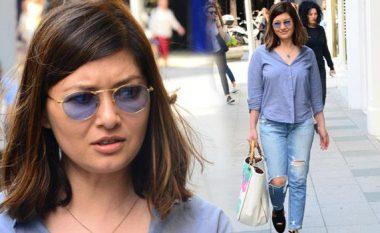 """Xhinse, këmishë dhe syze: """"Gylsereni"""" me imazh të ri duket joshëse (Foto)"""